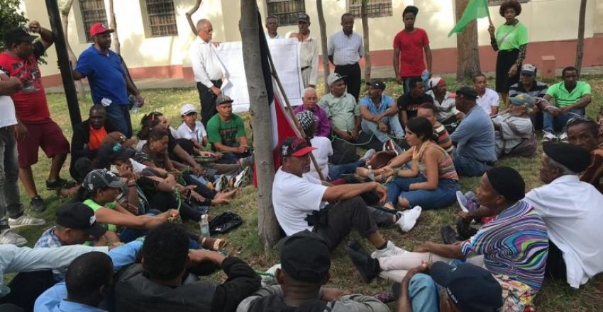 Grupo de campesinos de El Seibo vuelven a manifestarse frente al Palacio Nacional