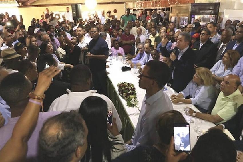 Leonel Fernández califica de «viejo partido» al PLD y resalta renuncia de peledeístas